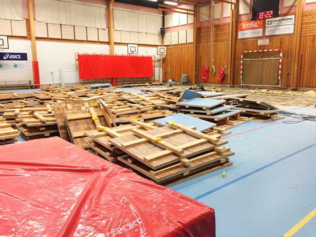 Golvet sågades i kvadratmeter stora bitar och bars ut i en container.