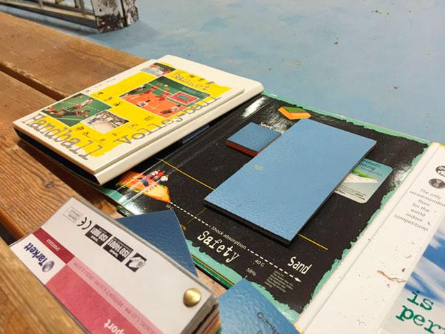 Kolla, så här blå skulle golvet vara om städarna gjort sitt jobb.